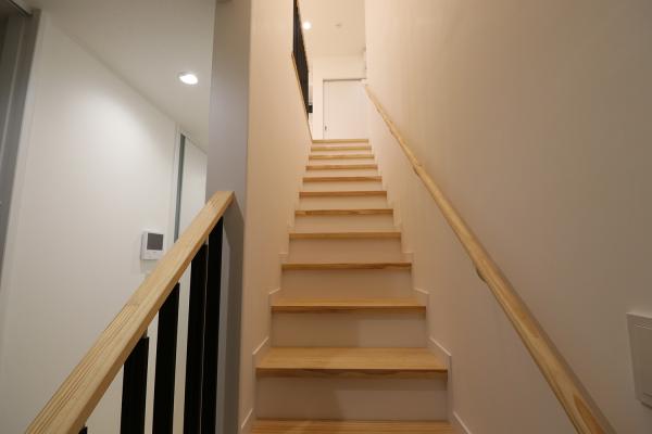 2階のLDKへと続く階段